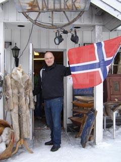 Zwischen einem Wolfsmantel für 2000 Euro und der norwegischen Flagge - Norweger sind geschäftstüchtig und heimatverbunden.