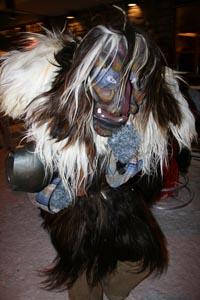 Jagen nicht nur Kindern Angst ein: Wilde Kerle in zottigen Kostümen. - Foto: maropublic