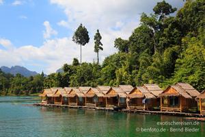 Floßhütten am Ratchaprabha-See