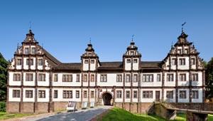 Das Weserrenaissance Schloss Bevern, eines der bedeutendsten Baudenkmäler im Weserbergland, feiert sein 400-jähriges Jubiläum. Aus diesem Anlass wird vom 24. März bis 30. September eine große Sonderausstellung zur Geschichte des Schlosses zu sehen sein. Foto: Kulturzentrum Weserrenaissance Schloss Bevern