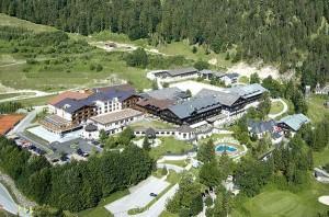 Das Hotel Gut Brandlhof ist eine Anlage der Superlative: Das Hotelareal erstreckt sich über 450 Hektar, es gibt 200 Zimmer und Suiten mit 440 Betten.