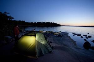 Das letzte Abendlicht streichelt den Lagerplatz in einer Bucht irgendwo draußen auf den Granitfelsen der Åland-Inseln.