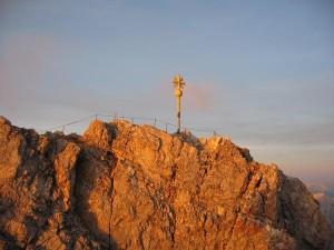 Deutschlands höchster Gipfel, die Zugspitze, ist auch von der österreichischen Seite zu erreichen, und immer einen Ausflug wert. - Foto: Tiroler Zugspitzbahn