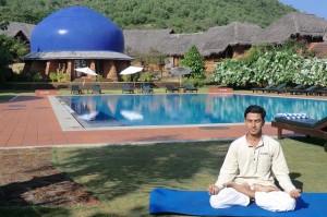 Einer der drei indischen Yoga-Lehrer, Dr. Vinod Nair, vor dem Meditationsdom im SwaSwara. - Foto: SwaSwara
