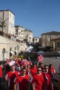Die Fanclubs machen sich auf den Weg zur Austragungsstätte des Fässerrennens.