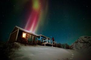 Oft ist am Weihnachtshimmel über der Insel auch ein leuchtendes Nordlicht zu sehen – Weihnachten ist in Grönland also in jeder Hinsicht ein Lichterfest. © David Trood