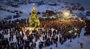 Anzünden der Weihnachtsbaumlichter am ersten Adventssonntag in Sisimiut. Die Stadt an der Westküste Grönlands hat 5000 Einwohner und fast 2000 Schlittenhunde. © Nuka Kristiansen