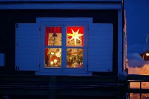 Neben vielen Kerzen schmücken die charakteristischen rot-orangen Weihnachtssterne jedes Heim: die so genannten Herrnhuter Sterne. © Ole G. Jensen