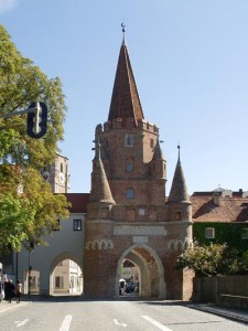 Das im Jahr 1385 erbaute Kreuztor ist das Wahrzeichen der Stadt. Der Name des Tores leitet sich vom ehemaligen, westlich der Stadt gelegenen Aussätzigenhaus zum heiligen Kreuz ab, das 1546 im Schmalkaldischen Krieg zerstört wurde.