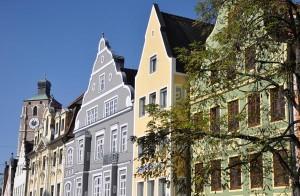 neu renovierten Fassaden der alten Bürgerhäuser geben der Theresienstraße, der schönsten Straße Ingolstadts, ein unverwechselbares Flair.