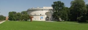 Der Turm Triva ist ein klassizistischer Festungsbau. Er ist Teil der Befestigung am Brückenkopf und diente als östlicher Flankenturm des Reduit Tillys. Er wurde zwischen 1828 und 1841 erbaut und ist nach dem bayerischen General und Kriegsminister Johann Nepomuk von Triva benannt. Seit 2011 wird das Gebäude als Räumlichkeit für das Bayerische Polizeimuseum genutzt.