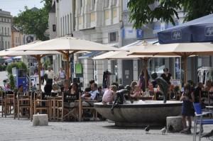 """Reges Treiben herrscht in der Fußgängerzone, doch zahlreiche Läden-Leerstände und das Einkaufszentrum """"Westpark"""" auf der """"grünen Wiese"""" als Publikumsmagnet lassen immer weniger Einheimische die Innenstadt besuchen."""