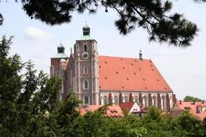 Große Blüte erfuhr das Liebfrauenmünster, als es zugleich Pfarr- und Universitätskirche war. Heute zeugt noch der Hochalter von Hans Mielich von dieser Zeit. Er wurde im Jahr 1572 anlässlich des 100-jährigen Bestehens der Bayerischen Landesuniversität errichtet.
