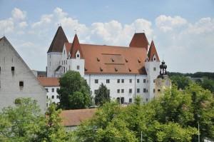 Das Neue Schloss gehört zu den wichtigsten gotischen Profanbauten des 15. Jahrhunderts in Bayern. Bauherren waren Herzog Ludwig VII. von Bayern-Ingolstadt und Herzog Georg der Reiche von Bayern-Landshut.