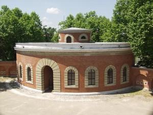 Am südlichen Donau-Ufer steht die Festungsanlage Reduit Tilly. Am Bau des klassizistischen Bauwerks hat Leo von Klenze mitgewirkt. Die Mitglieder des bayerischen Könighauses suchten in Kriegszeiten in der Festung Zuflucht. Seit 1994 ist hier die Abteilung Erster Weltkrieg des Bayerischen Armeemuseums.