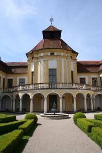 """Das Deutsche Medizinhistorische Museum in der """"Alten Anatomie"""" ist einmalig in Deutschland. Hier hatte sich die Medizinische Fakultät in den Jahren 1723 bis 1736 ein kleines wissenschaftliches Schloss errichtet. Heute dokumentiert das Museum die Geschichte der Medizin von der Antike bis zur Gegenwart."""