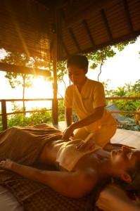 Die taoistische Bauchtiefenmassage Chi Nei Tsang gehört zu den traditionell asiatischen Behandlungen im Kamalaya. - Foto: Kamalaya