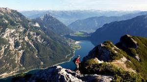 Der Achensee ist der größte See Tirols und im Sommer ein Eldorado für Segler und Surfer.