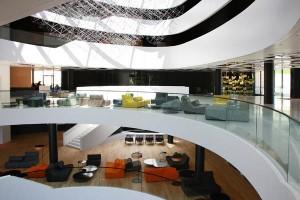 Vom Baustil der 70er-Jahre inspiriert, entstand das klare, minimalistische Hotelkonzept.