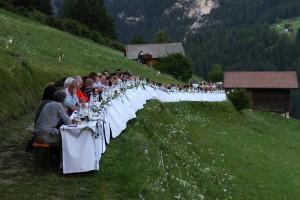 Die Berglertafel ist so lang, so dass 160 Leckermäuler Platz finden. - Foto: Alex Franchi