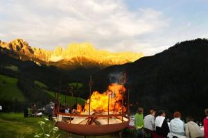 """Der Rosengarten """"blüht"""", und das erste Feuer ist entfacht. - Foto: Tourismusverein Tiers"""