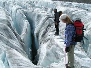 Abkühlung im ewigen Eis: Der Pitztaler Gletscher bietet von Juli bis September spannende Outdoor-Erlebnisse. Bei Gletscherquerungen oder Besichtigungen von Eishöhlen erleben Urlauber einen etwas anderen Sommer. - Foto: TVB Pitztal