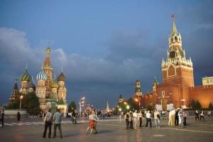 Ein magischer Moment: Ein junges russisches Paar tanzt über den Roten Platz. Foto: Kathrin Schierl