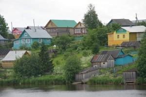 Bunte Holzhäuser: So leben die Russen an der Wolga. Foto: Kathrin Schierl