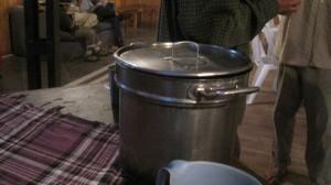 Aus diesem Topf wird jeden Morgen kochendheißer Mate-Tee geschöpft – ein noch besserer Wachmacher als Kaffee! Foto: Nora von Breitenbach
