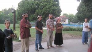 Gemeinschaftsmitglieder im Kreis warten auf ihren Einsatz zum Mittanzen. Foto: Nora von Breitenbach