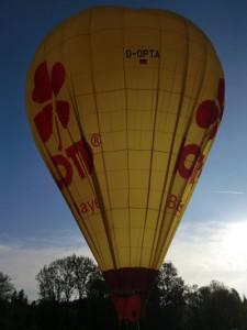 Wir sind sicher gelandet; die Luft aus unserem Ballon entweicht rasch.
