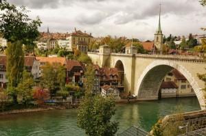 Die Aare trägt zum malerisch-romantischen Flair in Bern teil.
