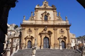 Modica liegt im Südosten Siziliens und gehört zur Provinz Ragusa. Sie ist eine der spätbarocken Städte des Val di Noto, die von der UNESCO zum Welterbe erklärt worden ist.