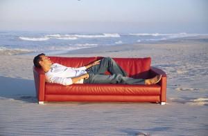Im Urlaub auf die Couch? Couchsurfing ist eine günstige Alternative zum Hotel. Foto: © Goodshoot_Thinkstock