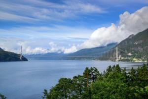 Die Hardangerfjordbrücke ist Norwegens längste Hängebrücke. - Foto: Knut Opeide
