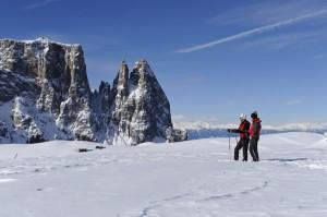 Auch Schneeschuhwanderer sind auf der Seiser Alm immer willkommen. Der Blick auf den Schlern ist ein Erlebnis für sich – Foto: Seiser Alm Marketing/Laurin Moser