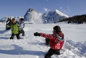 Eine Schneeballschlacht lässt Kinderherzen höher schlagen. – Seiser Alm Marketing/Laurin Moser