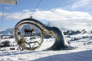 Ein Horn bläst den Skifahrern den Marsch. – Foto: Seiser Alm Marketing