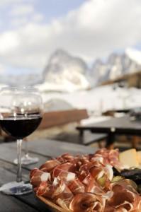 """Skifahren macht hungrig; was gibt es das Besseres als Südtiroler Speck und ein Glas """"Roten"""". – Seiser Alm Marketing/Laurin Moser"""