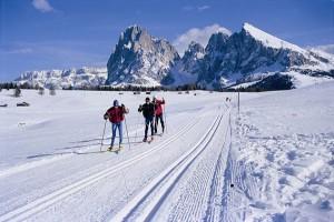Die sonnenverwöhnte Seiser Alm lohnt immer, die Langlaufskier anzuschallen. – Foto: Seiser Alm Marketing/Laurin Moser