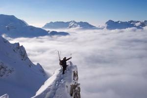 Ein Tourengeher auf dem Gipfel und über den Wolken. - Foto: Ottos Skischule