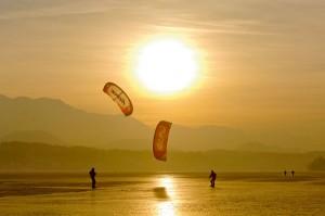 Ein Traum auf Kärntens Seen: Kitesurfen auf Eis. Foto: VELD