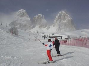 Die Schneeunterlage hält bis zum Nachmittag – das Bild zeigt eine Abfahrt vor dem Langkofel.