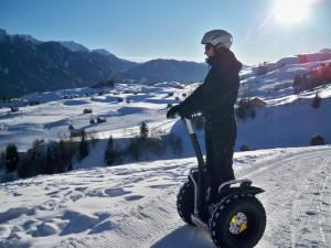 Andi bietet sogar Touren über 35 Kilometer an - mit seinen eigens entwickelten Schneeketten. Foto: segway-fiss.at