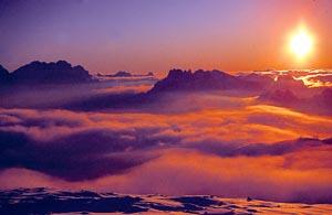 In den Bergen einen Sonnenaufgang zu erleben, ist ein ganz besonderes Ereignis. - Foto: Dolomiti Superski