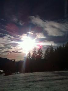 Die letzten Sonnenstrahlen erreichen die Hänge und weisen darauf hin, dass es für die Skifahrer Zeit wird, die letzte Abfahrt in Angriff zu nehmen. - Foto: Hans-Herbert Holzamer