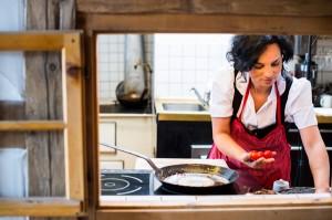 """Timi Morent steht in der Küche, während Ehemann Ralf sich im familieneigenen """"Gasthaus Morent"""" in Zöblen im Tannheimer Tal mit nur 20 Sitzplätzen persönlich um die Gäste kümmert. - Foto: Gasthaus Morent/Michael Reidinger"""