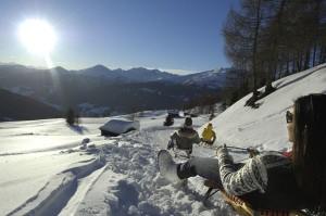 Nicht nur tagsüber ein Genuss: Rodeln im urigen Sarntal in Südtirols Süden. An den Vollmondnächten am 17. und 18. Januar sowie 14. und 15. Februar kann man auf einer der längsten Rodelbahnen Südtirols nach Herzenslust Nachtschwärmen. - Foto: Reinswalder Lift GmbH/Helmut Rier