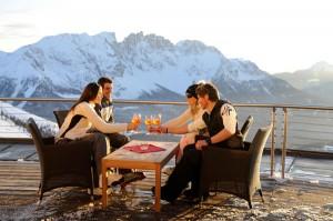 Ein Gläschen in Ehren kann niemand verwehren, wie hier in der Laurin Lounge auf der Kölner Hütte. – Foto: Eggental Tourismus