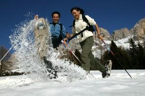 Eine willkommene Abwechslung zum alpinen Skilauf kann eine lustige Schneeschuhwanderung sein. – Foto: Eggental Tourismus